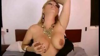 Marlen Doll realiza un mega sexso casero como mesera con un cliente